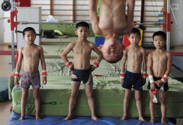 """Як """"кують"""" гімнастів-чемпіонів у Китаї"""