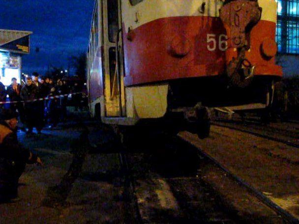 В Киеве трамвай раздавил на остановке человека