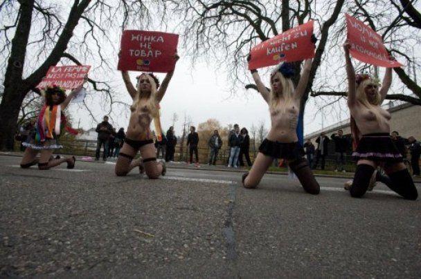 FEMEN у Цюриху роздяглися перед сутенерами