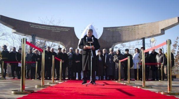 Президенту Казахстана установили памятник при жизни