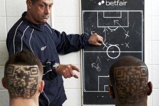 Английским футболистам выстригли на затылках матричные коды (видео)