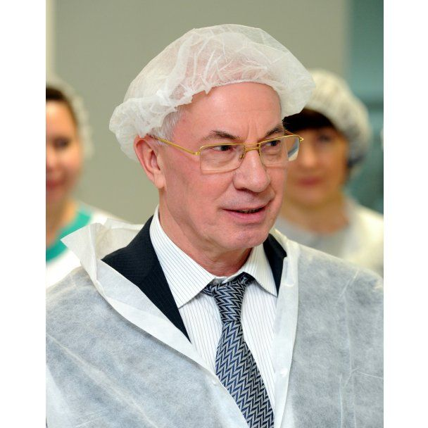 Азаров нагрянул в аптеку и примерял белую шапочку