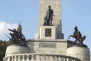 В США осквернили могилу Авраама Линкольна