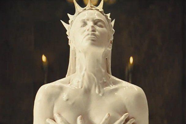 Королева Шарлин Терон принимает молочные ванны (видео)