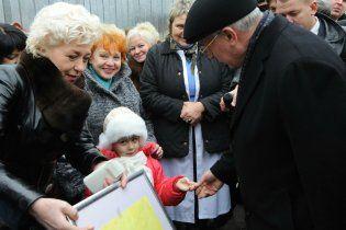 """Азаров пообещал """"Охматдету"""" 900 миллионов на новые корпуса"""