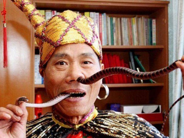 Чоловік засовує собі в ніс кілька змій і виймає їх через рот (відео)