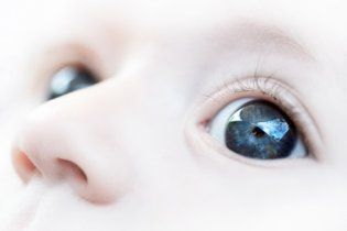 Врачи случайно заклеили трехлетнему мальчику глаз