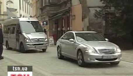 Янукович со второй попытки все-таки прилетел в Польшу