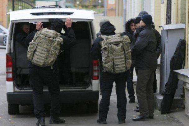 Азаров никуда не ездит без снайперов