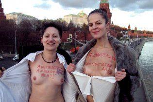 Лесбиянки в знак протеста обнажились напротив Кремля
