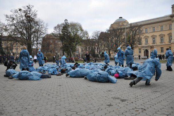 """Во Львове провели флешмоб """"Голодомор за одну минуту"""""""