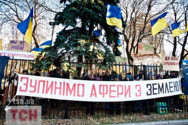 """Около 100 человек под Радой хотят """"отрезать Чечетову яйца"""""""
