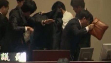 У парламенті Південної Кореї опозиціонер розпорошив газ