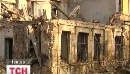 В столице на человека обрушилась стена дома