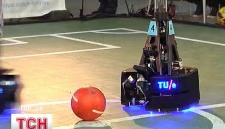 В Украину из Голландии приехали роботы-футболисты