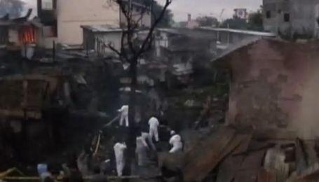 На Филиппинах самолет упал на густонаселенный квартал