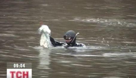 В Запорожье Дайверы помогают рыбинспекции чистить дно Днепра