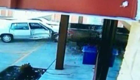 Намагаючись задавити подругу, водій в Теннессі в'їхав за нею в магазин