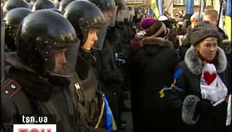 На Банковой митингующие били милицию розгами