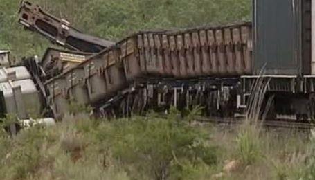 На севере Австралии наводнения снесли с моста грузовой поезд