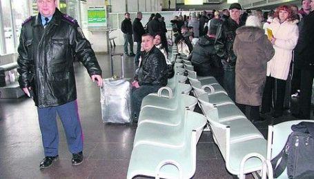 Японець добу нерухомо сидів у аеропорту після відмови українки зустрічатися з ним
