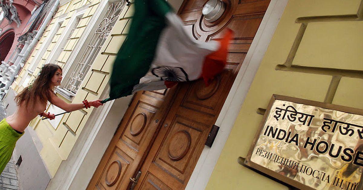Голі femenістки штурмували резиденцію посла Індії у києві - .
