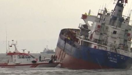 У Стамбула столкнулись три корабля, один начал тонуть