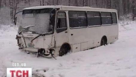 """Неподалік від Гостомеля """"БМВ"""" зіткнулося з мікроавтобусом """"Богдан"""""""