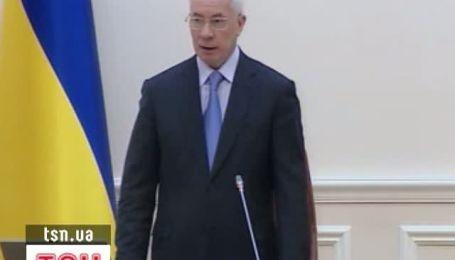 Азаров поздравил нового министра только цветами