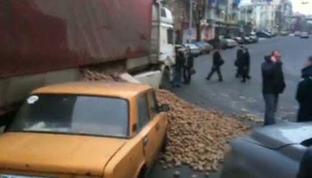 """В центре Киева """"Жигули"""" привалило картошкой"""