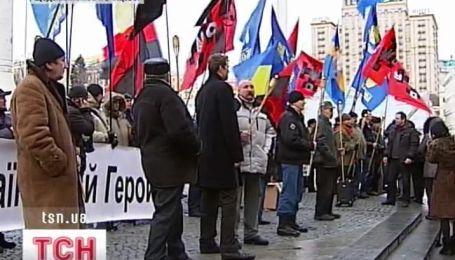 Украинские националисты отметили сегодня 62 годовщину со дня смерти Романа Шухевича