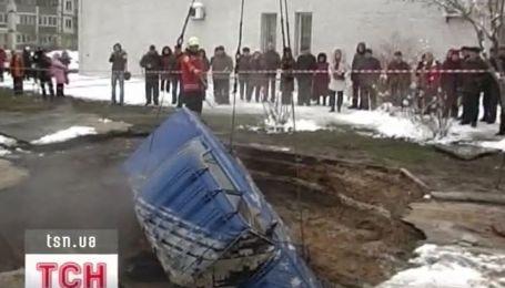 В Киеве под асфальт провалился человек