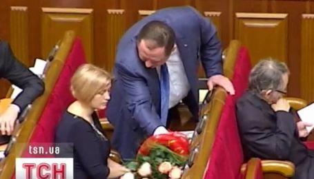 Букет кремовых роз принес Ирине Геращенко Петр Мельник