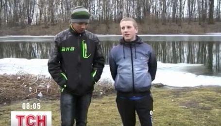 На Сумщине МЧСники спасли двух школьников, которые дрейфовали по реке на льдине