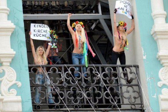 FEMEN захопили дзвіницю Софії Київської_2