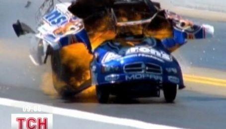 В США гонщик чудом спасся после того, как взорвалась его машина