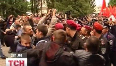 С большим количеством милиции прошли празднования в регионах
