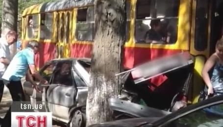 В Одессе трамвай фактически размазал по дереву легковушку