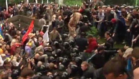 Під Радою захисники української мови побилися з міліцією