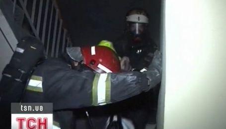 Пятеро взрослых и пятеро детей едва не угорели из-за пожара в лифте