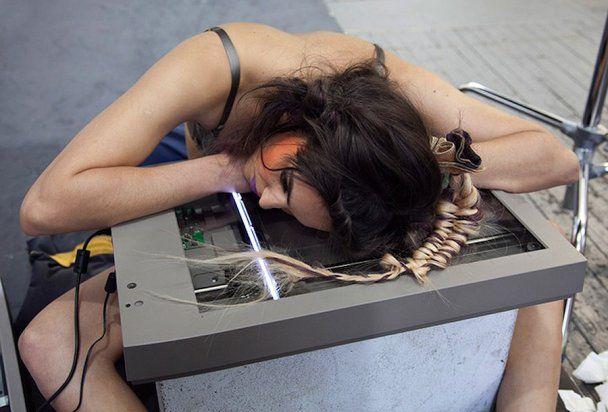 Фотограф креативно снял модель с помощью сканера