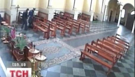 Милиционеры в церкви схватили селянку, которая продавала мясо в неположенном месте