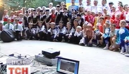 В Коломые 300 детей хором одновременно спели песню