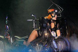 Нове вбрання  Lady Gaga оголило її дупу і закрило обличчя