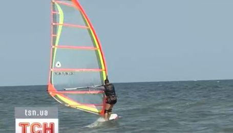 Черноморское побережье заполонили серферы