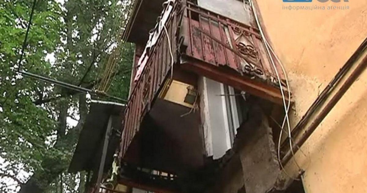 Мужчина вышел на балкон подышать воздухом, а очнулся на земл.