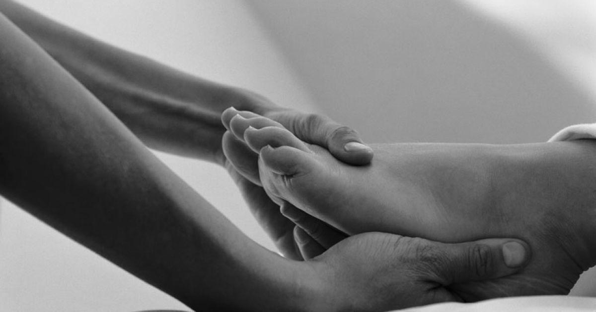 Девушка делает девушке массаж ног эротический спа массаж видео онлайн