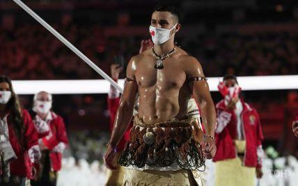 Обнаженный в масле: мускулистый спортсмен из Тонга снова произвел фурор на открытии Олимпиады в Токио