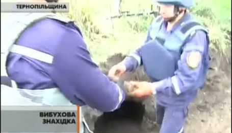 На Тернопільщині з-під землі витягають снаряди часів Другої світової.