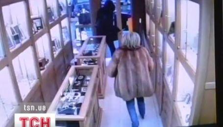 В Испании хозяйка ювелирной лавки отбилась от грабителя зонтиком